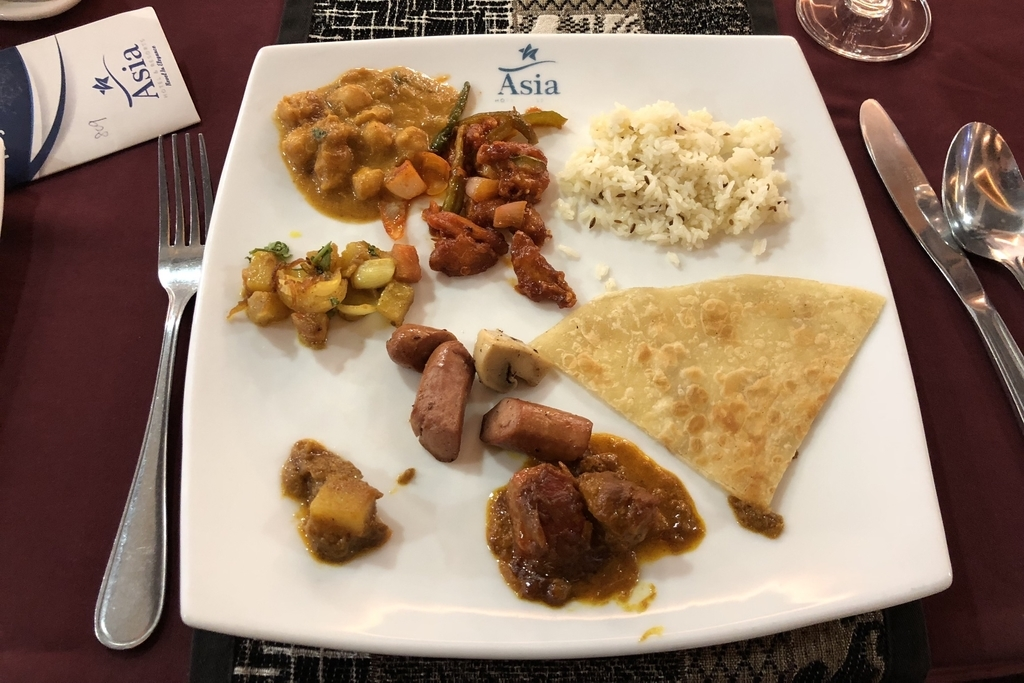 お皿に盛り付けたAsia&Resortの朝ごはん