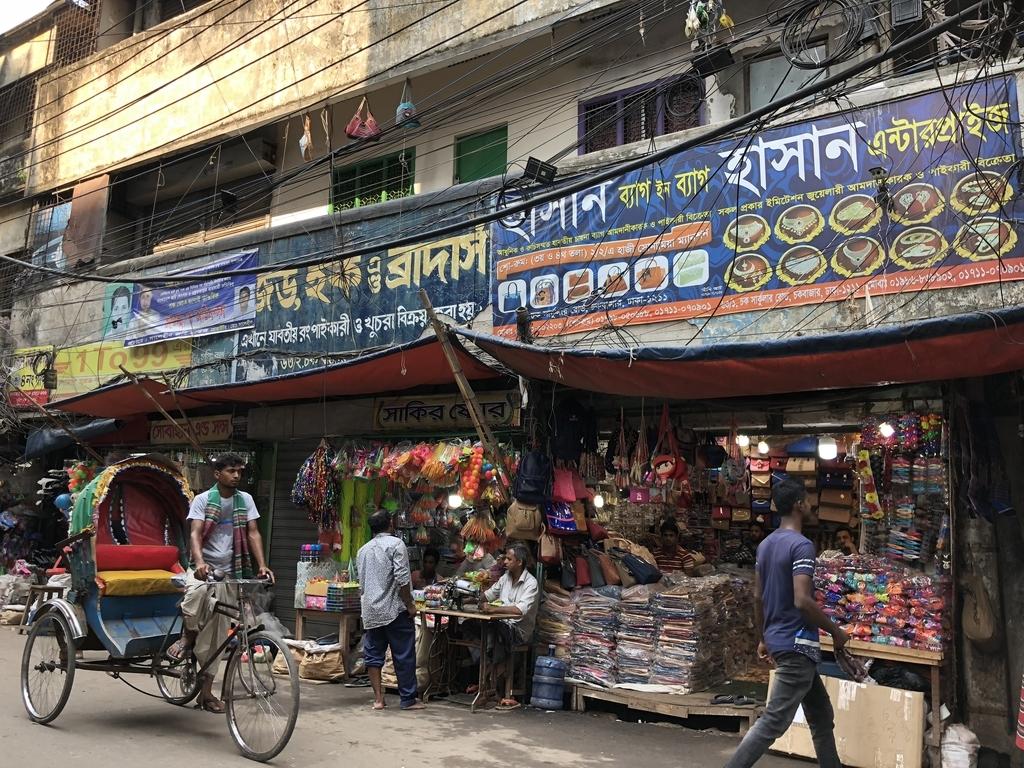 バングラデシュの現地語で書かれた看板