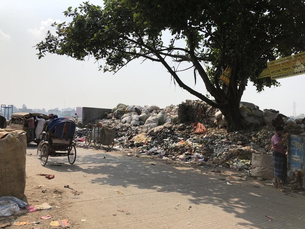 ダッカの川沿いのゴミ