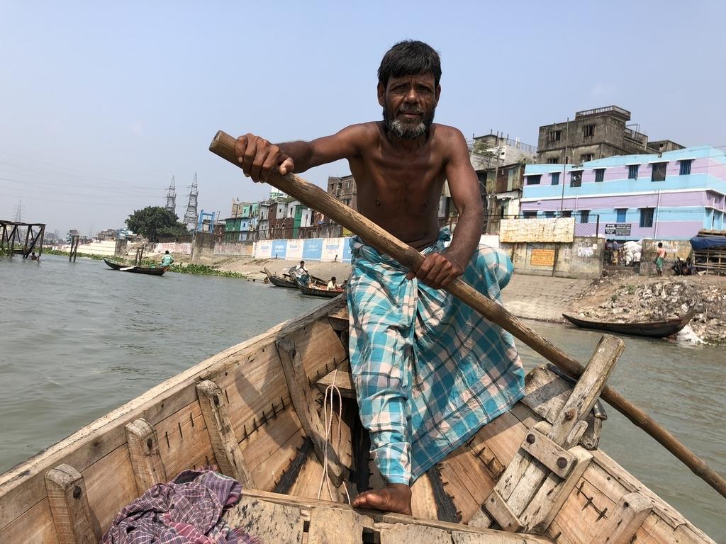 バングラデシュ・ダッカで乗った船を漕いでくれたおじさん