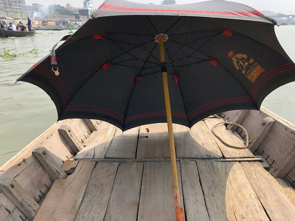 バングラデシュ・ダッカの船で貸してくれる日傘