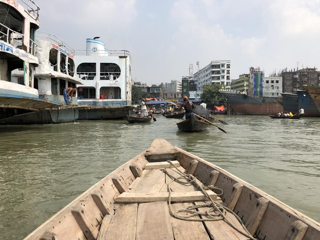 バングラデシュ・ダッカの川を船で進む