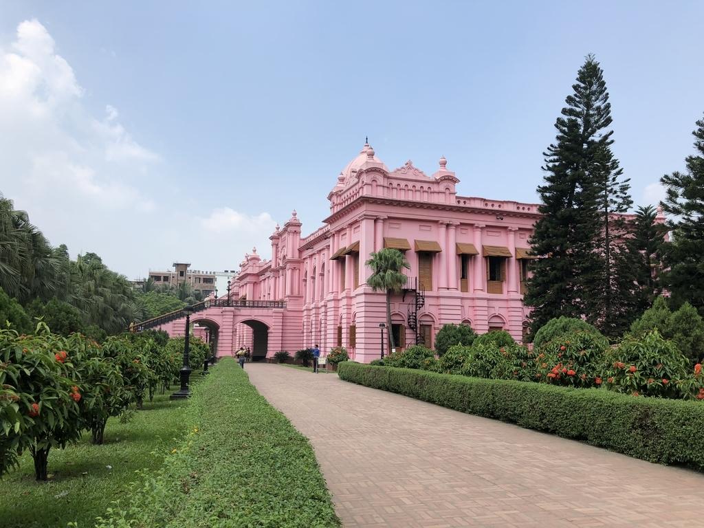 横から見たバングラデシュのピンク色の王宮 Ahsan Manzil