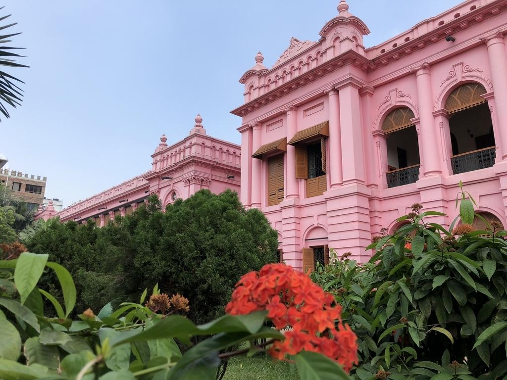 横から見たバングラデシュのピンク色の王宮