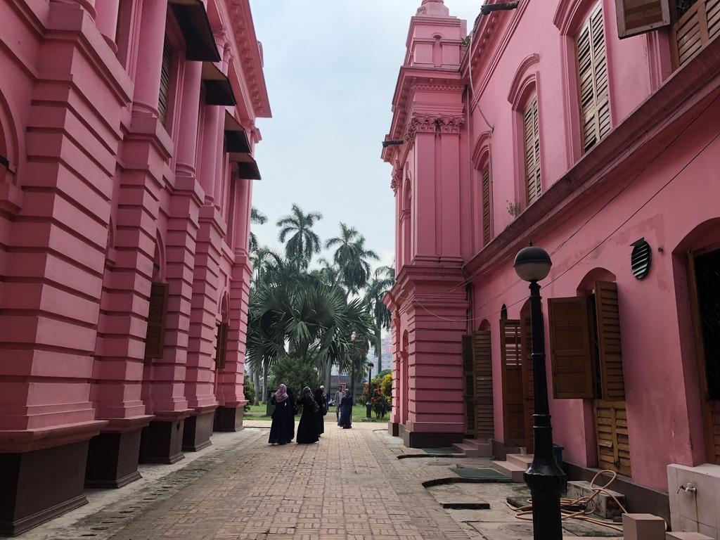 バングラデシュのピンクの王宮の建物と建物の間
