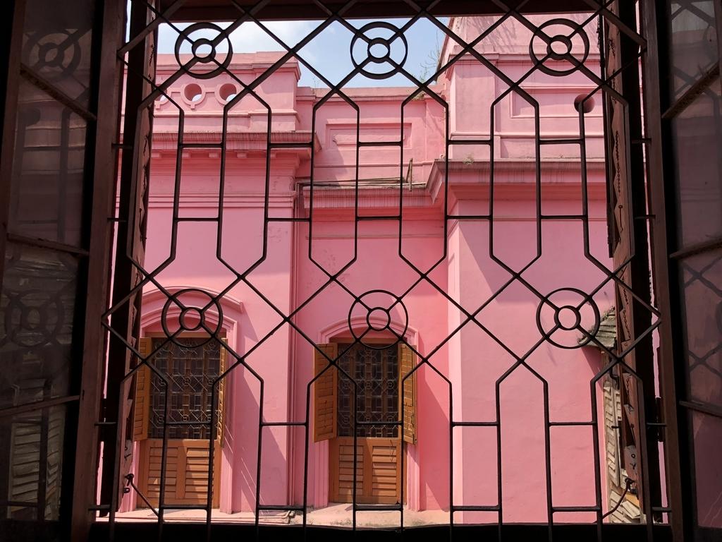 バングラデシュのピンクの王宮の窓から見た景色