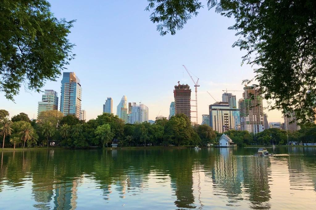 ルンピニー公園から見る高層ビル