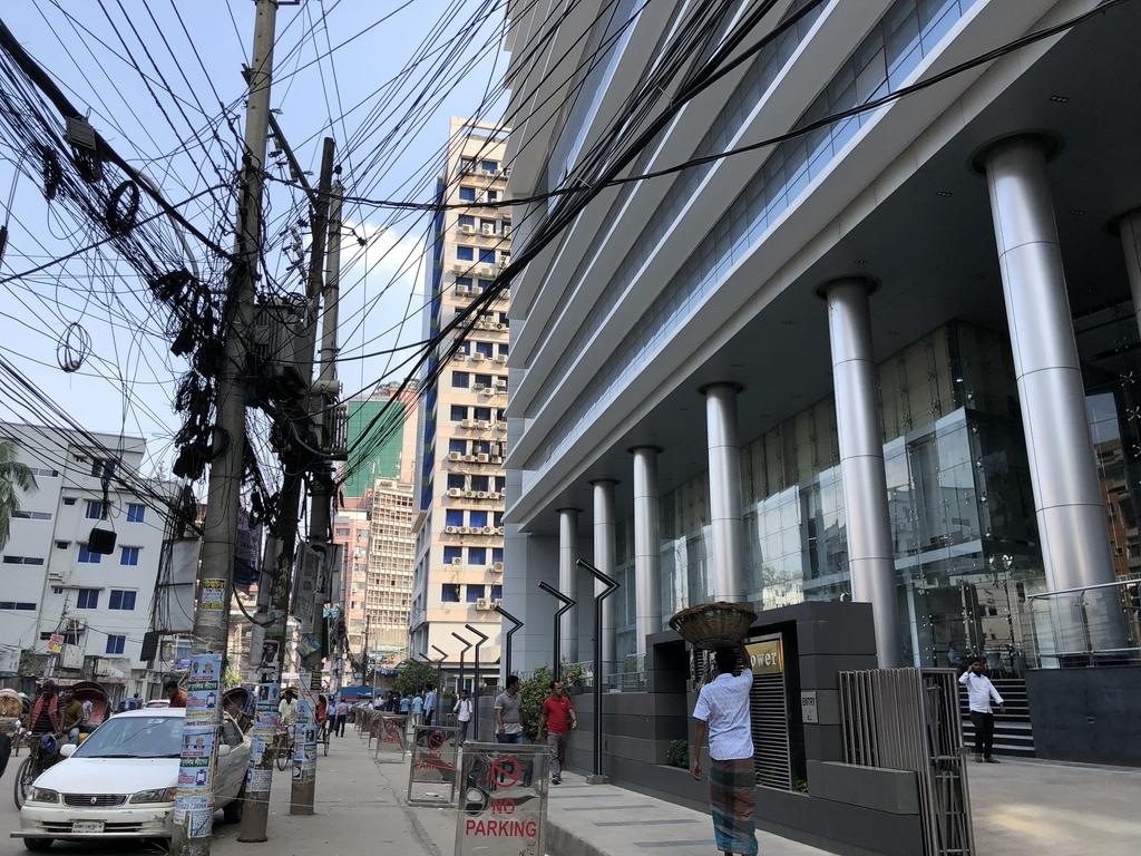 ダッカの中心部は近代的なビルがある