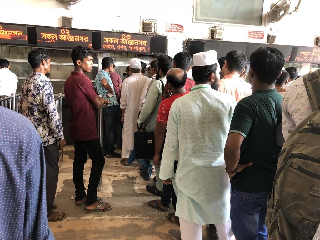 コムラプール駅のキップ売り場に並ぶ人々