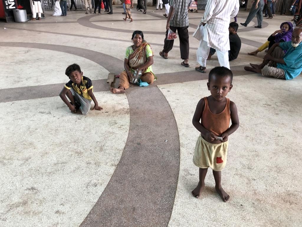 コムラプールの駅構内にいる物乞いをやってる家族