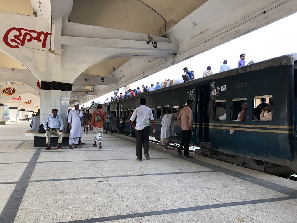 バングラデシュ鉄道の列車の上に乗るたくさんの人々