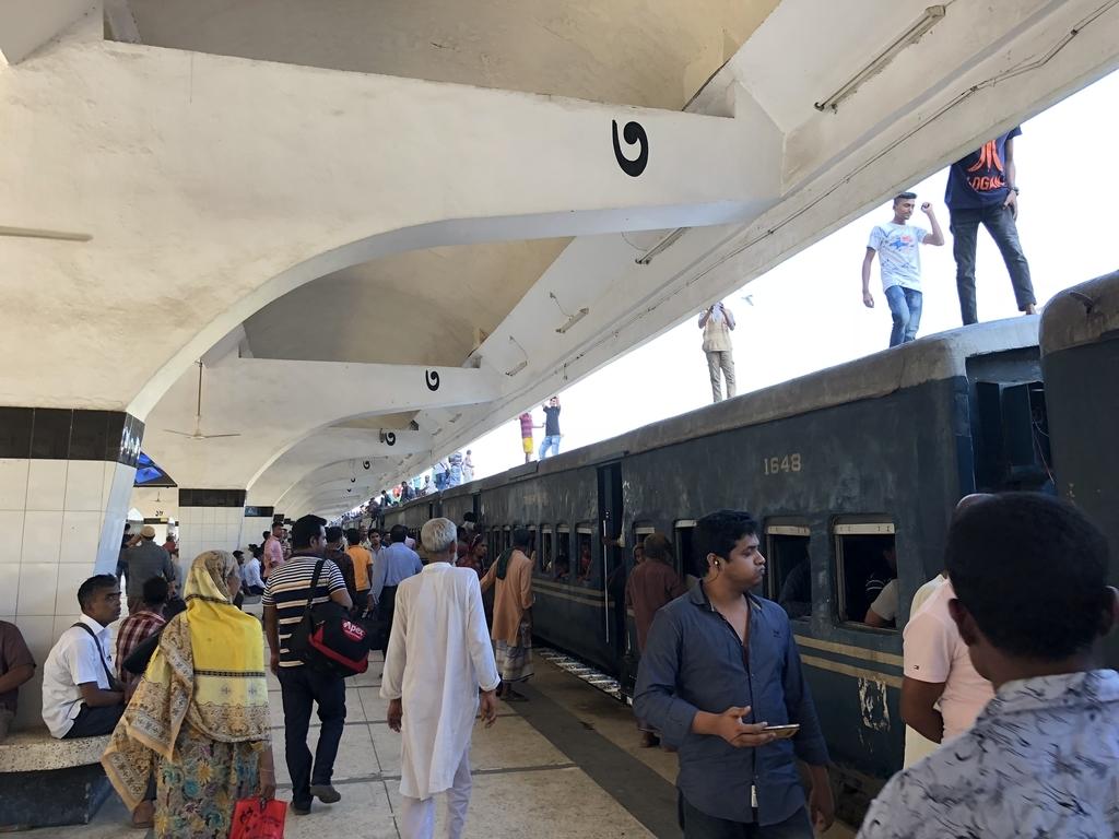 バングラデシュ鉄道の列車の上を歩く人々