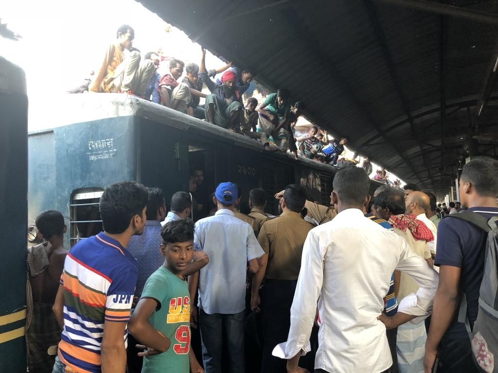 ダッカのビマンバンダール駅でケンカが始まる