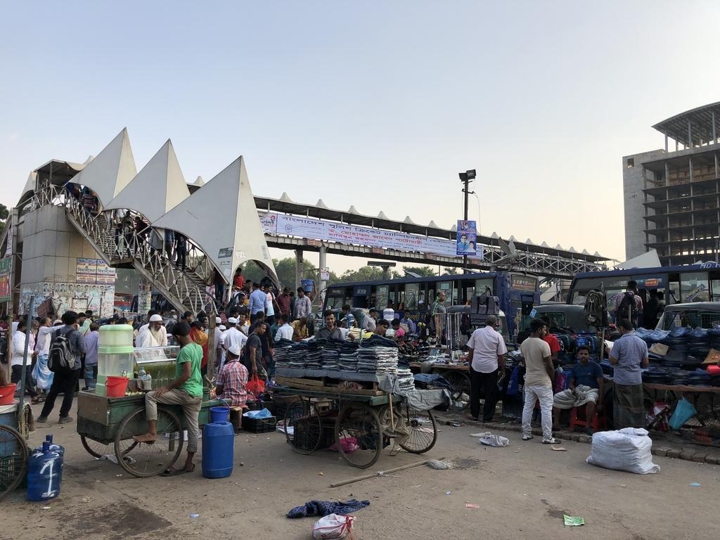 ダッカのビマンバンダール駅から空港に向かう橋