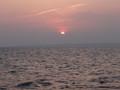 船から夕焼けを眺める