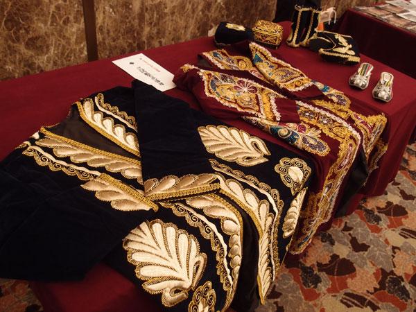 駐日ウズベキスタン共和国大使館によるウズベク衣装の展示
