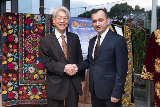 ファジーロフ駐日ウズベキスタン大使と嶌(前田昌宏氏撮影)