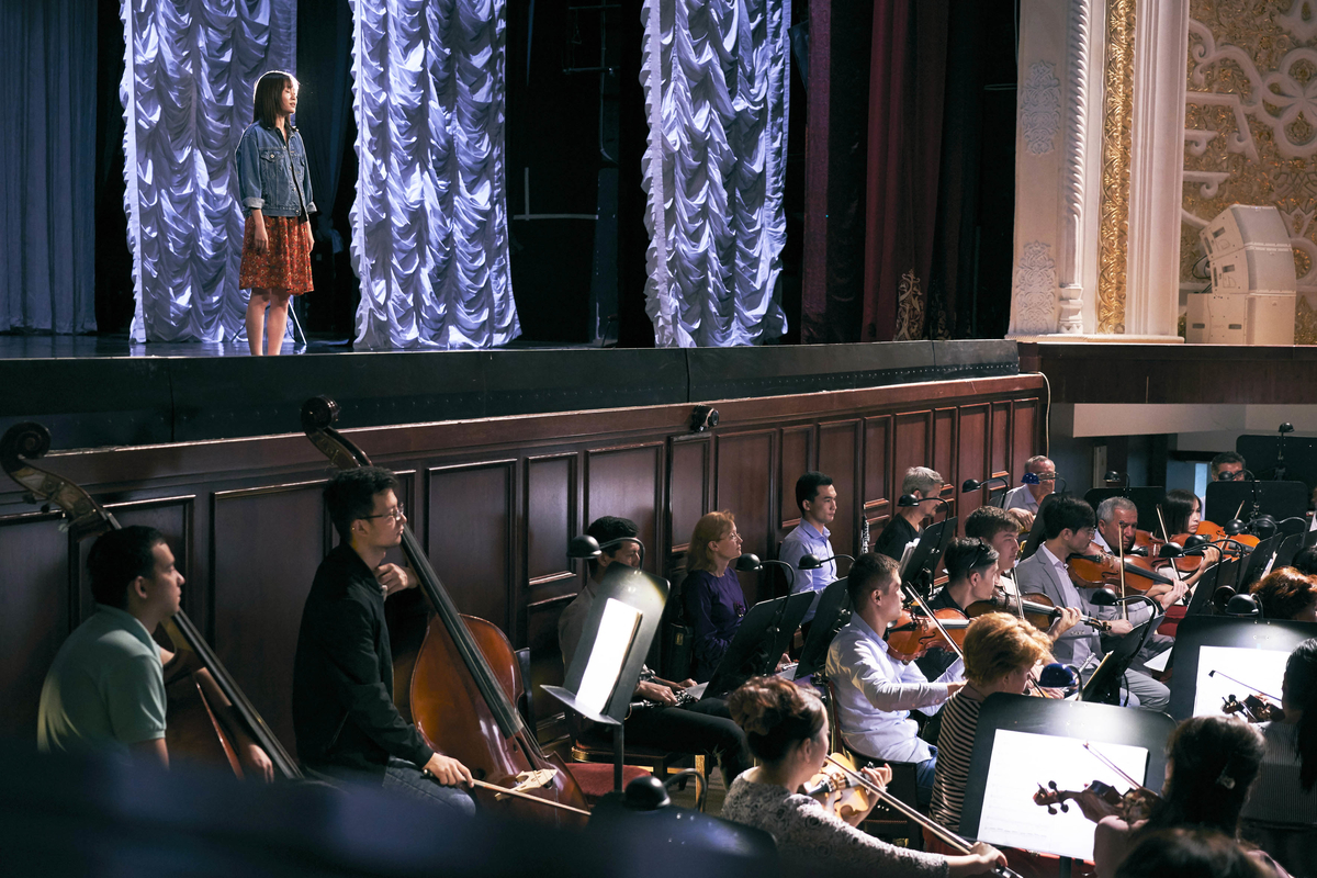 ナボイ劇場でのシーン©2019「旅のおわり世界のはじまり」製作委員会/UZBEKKINO