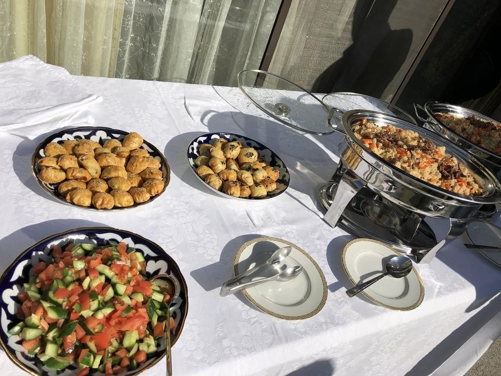大使館から差し入れいただく本場のウズベク料理