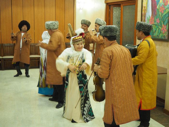 ウズベキスタンの方々のおもてなしのウズベクダンス