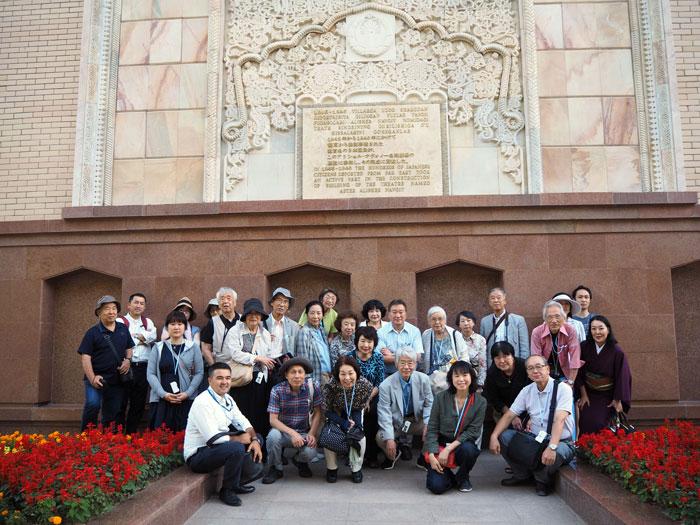 訪問団の一行 約30人ーナボイ劇場の前で