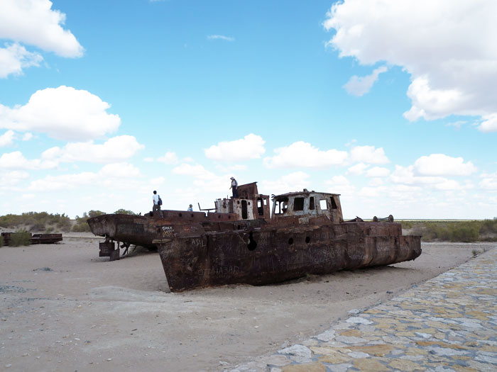 世界最大の公害といわれるアラル海の干上がった湖底に放置されているかつての漁船