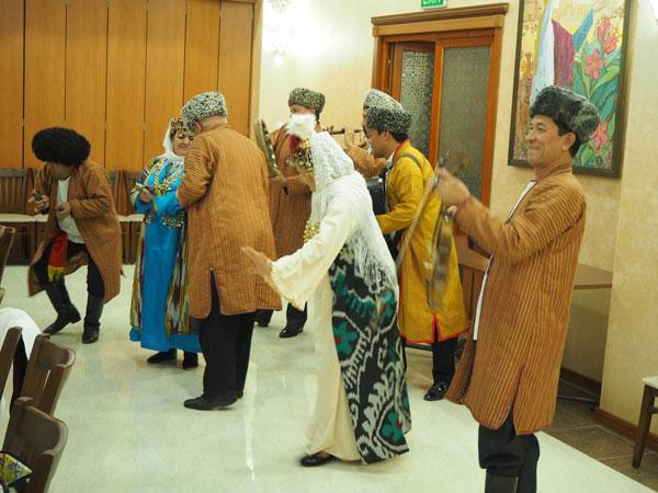 ウルゲンチでの歓迎のウズベクダンス