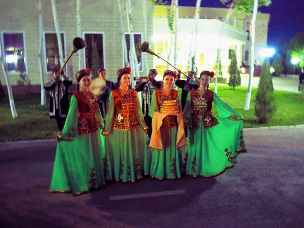 カラカルパクスタン共和国の首都ヌクス空港での歓迎の演奏と美女達がパンと塩で歓待