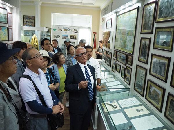 タシケント市『日本人抑留者資料館』にてスルタノフ氏の説明を熱心に耳を傾ける一行