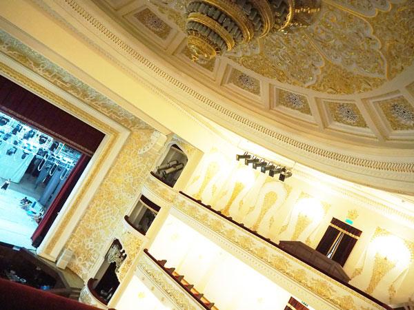 ナボイ劇場天井の壮麗な彫刻
