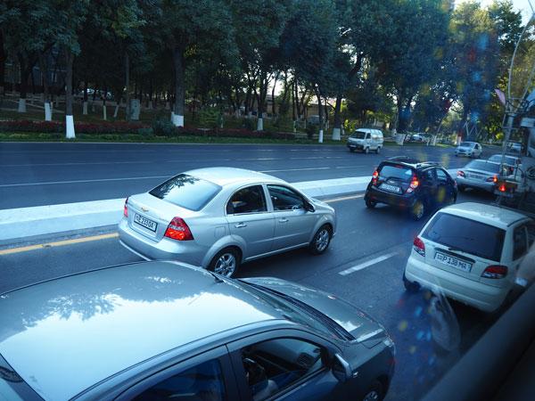 タシケントの車窓から見える白い車シボレー