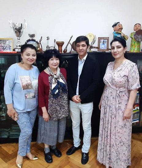 右から理事長・鳴海さん・学生・ナジラさん