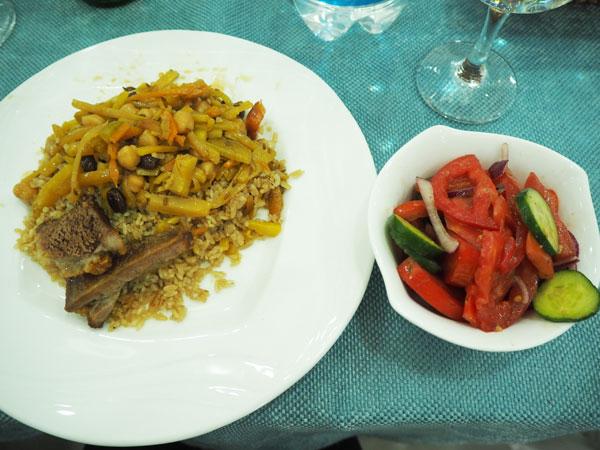 サマルカンドの昼食で出されたプロフとサラダ