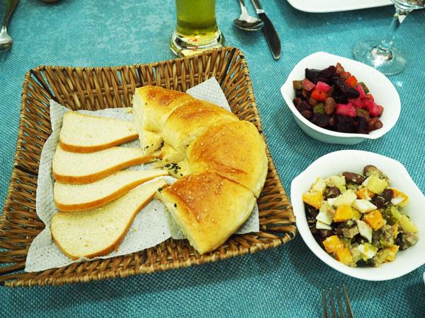 サマルカンドの昼食で出されたナンとサラダ