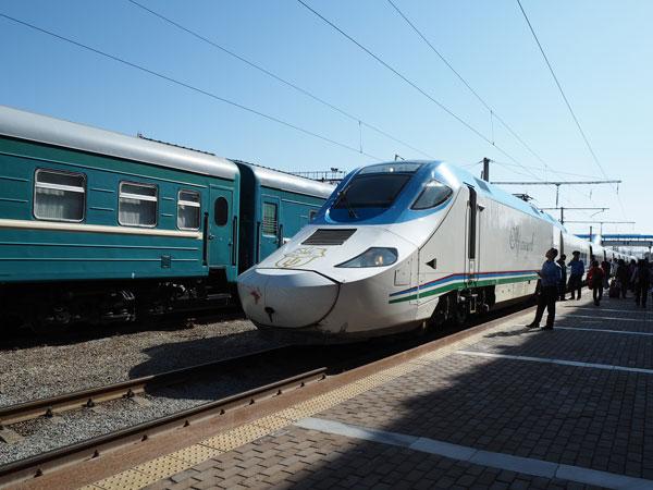 タシケントからサマルカンドに向かう特急列車「アフラシャブ号」