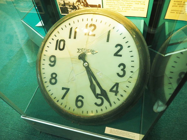 タシケント「国立歴史博物館」に展示されている1966年大地震で被災した時計