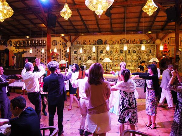 20周年記念パーティーでウズベクダンサーと共に