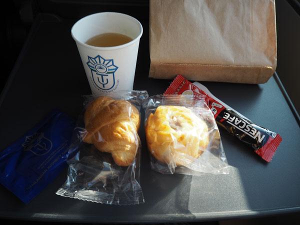 タシケントからサマルカンドに向かう特急列車「アフラシャブ号」で配布された軽食