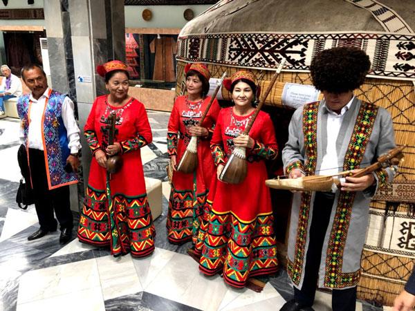 サヴィツキー美術館内のゲルでの民族楽器の演奏と歌による歓待
