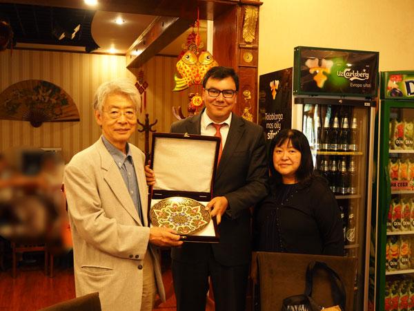 一橋大学への留学経験もある知日派のアジズ副首相(中央)より表敬訪問