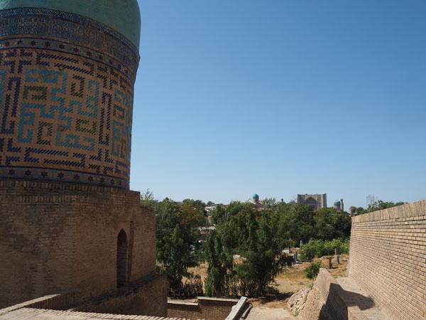 ジャーヒズィンダ廟群よりビビハニム・モスクを望む