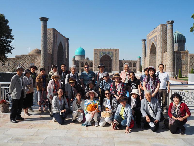 サマルカンド レギスタン広場前での20周年記念旅行集合写真