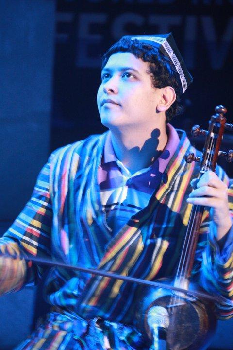 ウズベキスタンの伝統弦楽器『ギジャク』奏者のウミドさん