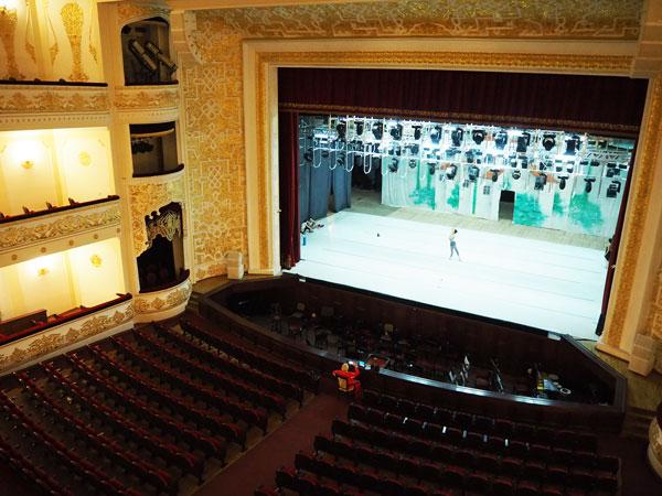 『ナボイ劇場』舞台でのバレエの練習風景