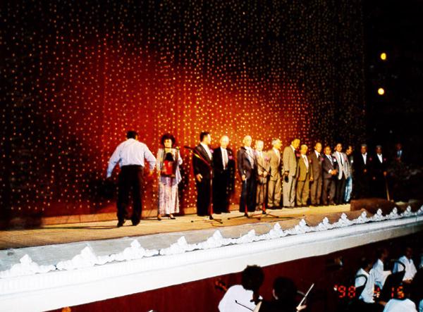 『夕鶴』終演後、ナボイ劇場建設に携わられた日本兵の方々が舞台に登場 万雷の拍手で迎えられる