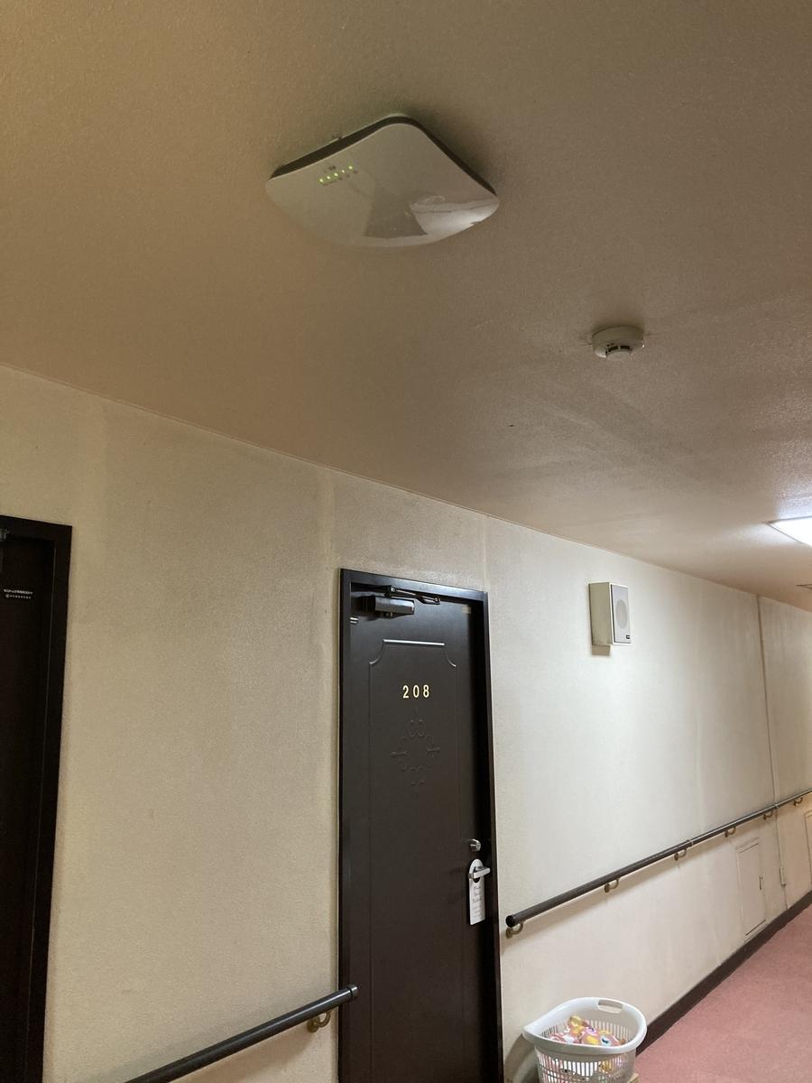 廊下にある WiFi ルーター