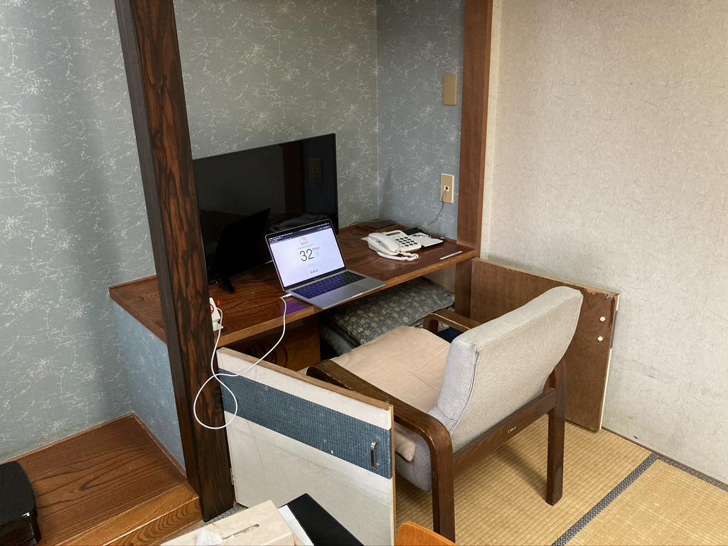テレビ台と広縁の椅子を使った作業スペース