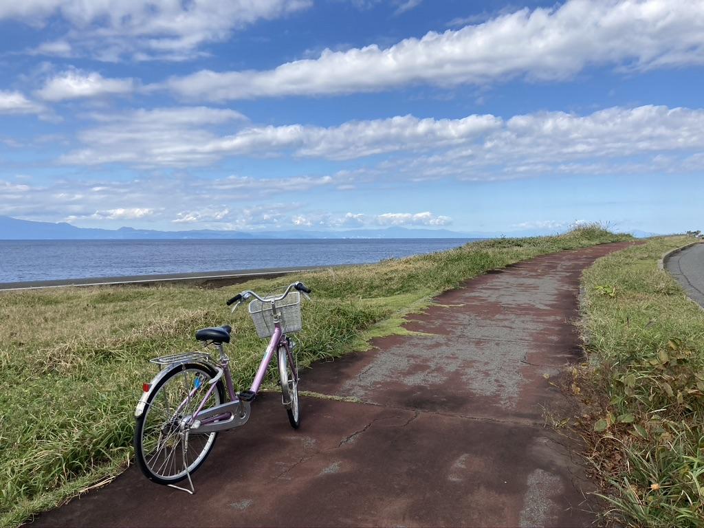 海辺の道と自転車