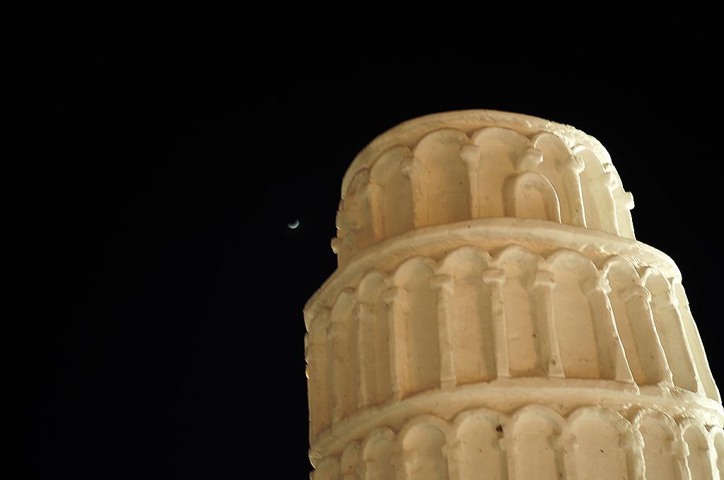 ピサの斜塔と三日月