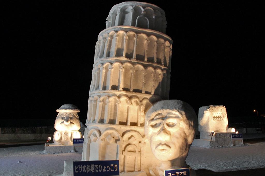 雪像・ピサの斜塔とひょっこり